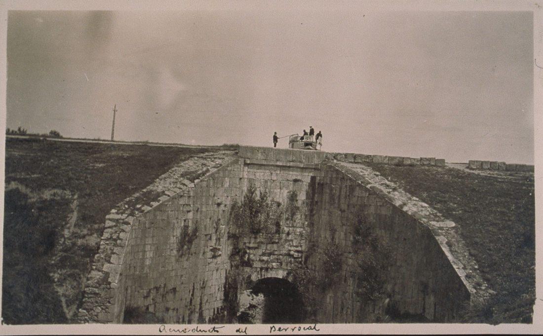 Durius Aquae: Imponente el acueducto del Berrocal en pleno uso. Podemos observar la barca de visita asomando. CCHFRS071, Archivo de la Confederación Hidrográfica del Duero.