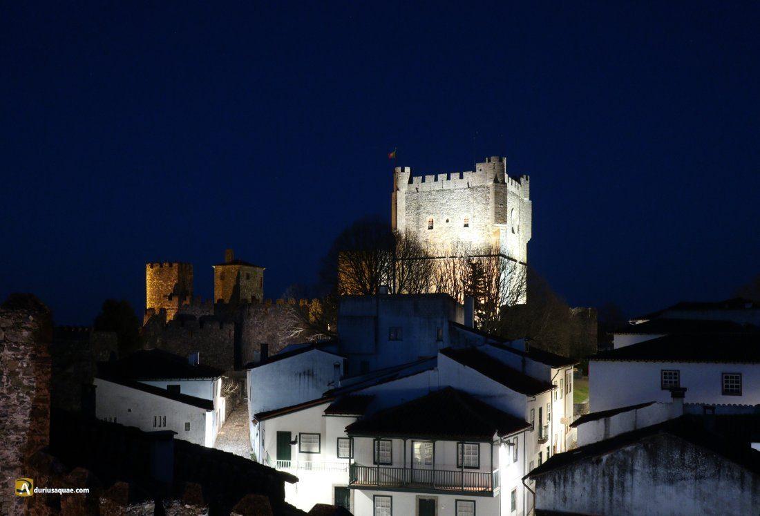 Bragança, un paseo nocturno por el adarve