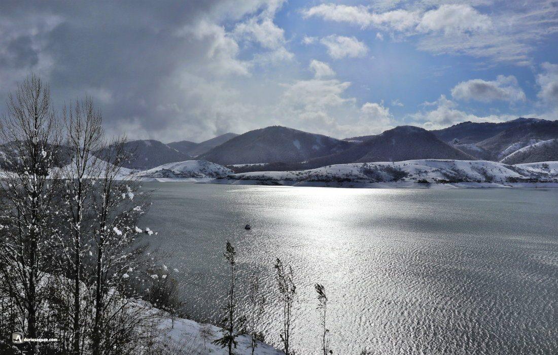 El embalse de Riaño bajo la nevada