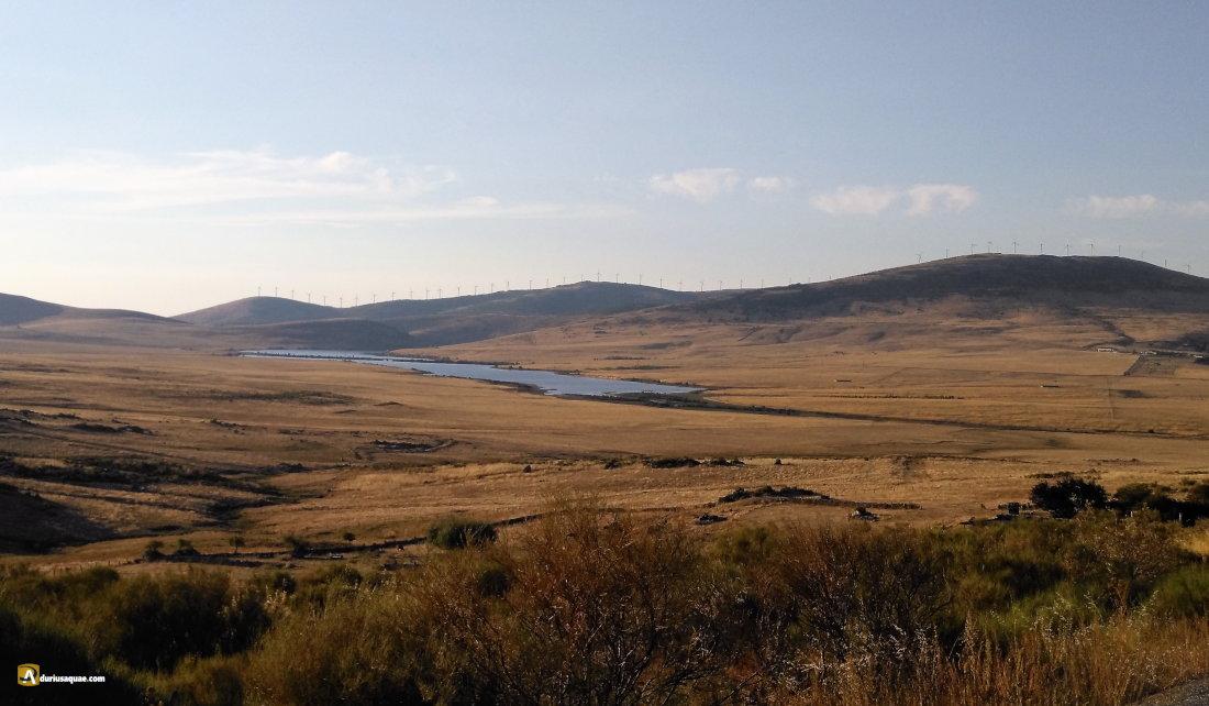 Durius Aquae: El Campo Azálvaro, al fondo el embalse