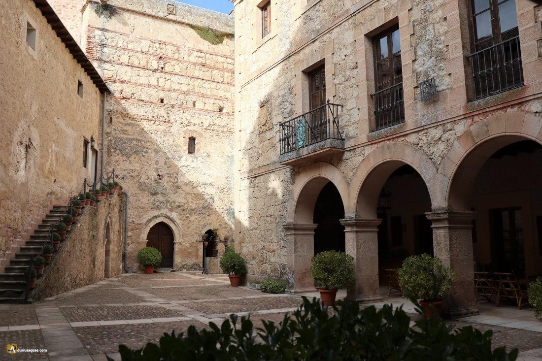 Castilnovo, patio y pozo