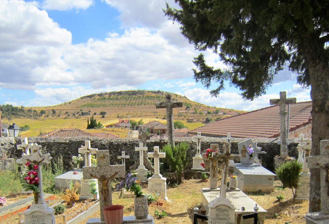 Castro de Fuentidueña, al fondo el Cerro de Santa Lucía